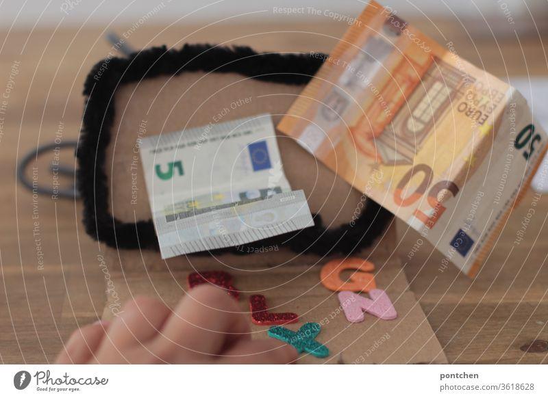 Onlinebanking. Geld verdienen vom Computer aus. Geldscheine 5  Euro und 50 Euro kommen aus einem Computerbildschirm heraus. geldscheine reichtum bankkonto