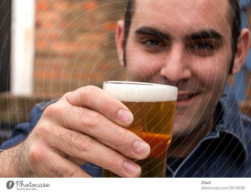 Mann mit Bier Alkohol trinken Pub anheben Glas Erhöhung Hand Beteiligung männlich alkoholisch Glück entspannend Kühlung kalt Getränk Sucht sozial Party jubelt