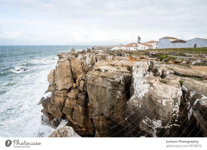 Hohe Klippen auf der Halbinsel Peniche, Portugal peniche Meer Natur Architektur steil geologisch bedeckt Leuchtturm leiria Skyline die halbinsel peniche