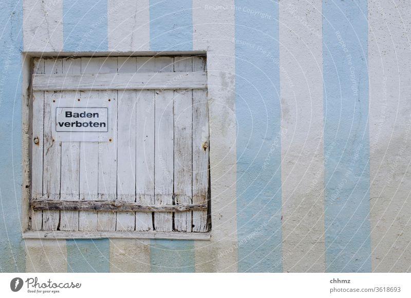 Baden verboten Tür Luke Streifen Wand Blau weiß Holz Holztür Verbot Hinweisschild Schild Schilder & Markierungen Warnschild Mauer verwittert alt Schwimmbad