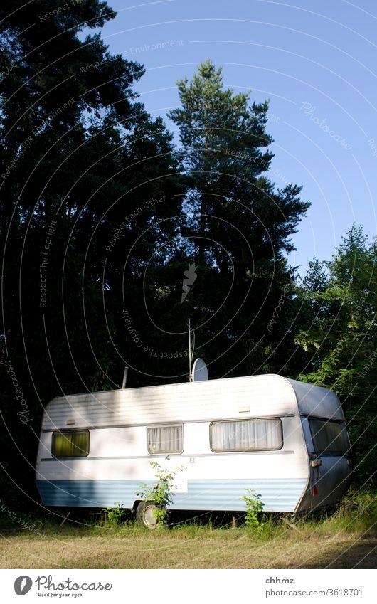 Wohnwagen im Wald Camping Ferien & Urlaub & Reisen Farbfoto Freizeit & Hobby Campingplatz Sommer Freiheit Erholung alt verwittert Bäume im See abgestellt Ruhe
