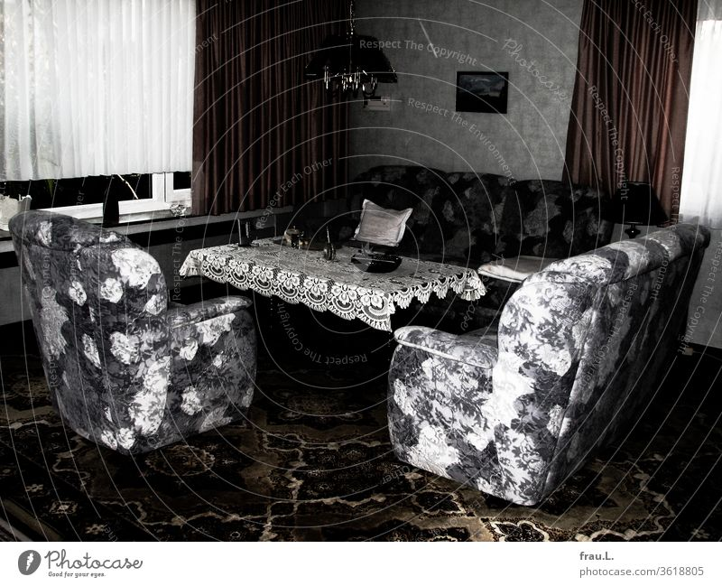 Viele Jahre hatten die Möbel so beieinander gestanden, ordentlich und aufgeräumt, im Wohnzimmer des alten Ehepaars, das war aber nun gegangen. Sessel Sofa