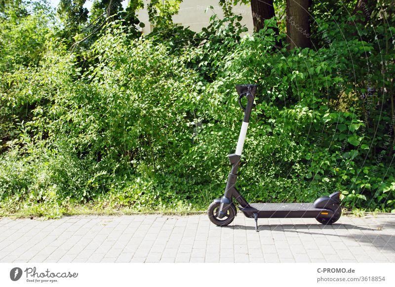 Fahrbereiter Elektroroller am Weg E-Scooter Mobilität letzte meile Innenstadt