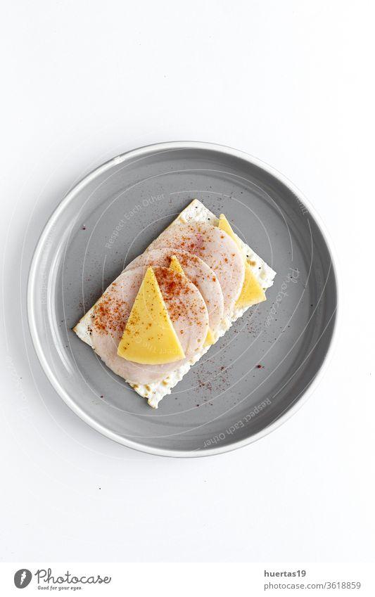 Salzige Cracker mit Wursthähnchen, Käse und Paprika von oben Snack Lebensmittel Küche Aufstrich Mahlzeit Sahne lecker Frühstück selbstgemacht Gesundheit