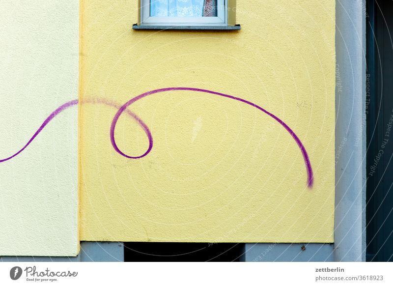 Schnörkel altbau außen berlin brandmauer farbspray fassade fenster haus hinterhaus hinterhof innenhof innenstadt linie mehrfamilienhaus menschenleer mietshaus