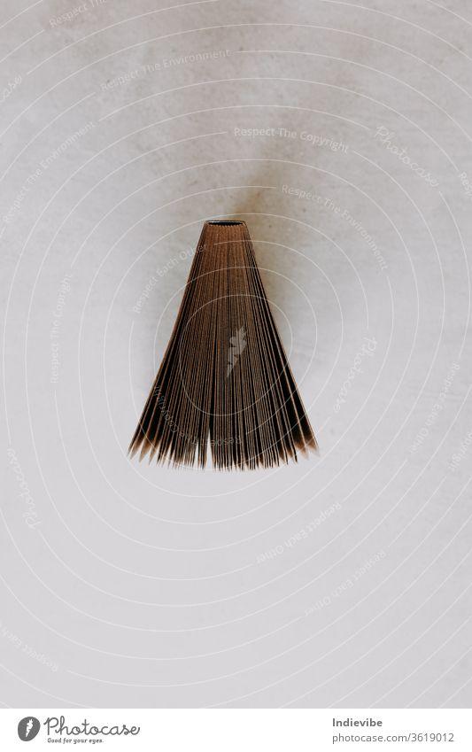 Ein offenes Notizbuch aus Recyclingpapier auf grauem Hintergrund. Von oben betrachtetes Flachlegekonzept für buchbezogene Themen. braun Papier Buch alt