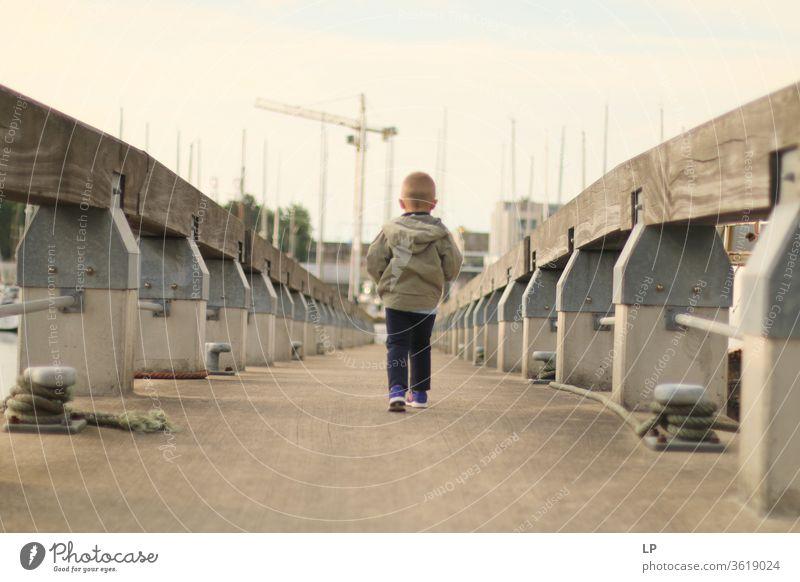 Junge geht auf einer Brücke Weg träumen Körperhaltung Fürsorge Frieden Natur Windstille Außenaufnahme Freiheit ruhig Gefühle Ausdruck Traurigkeit Einsamkeit