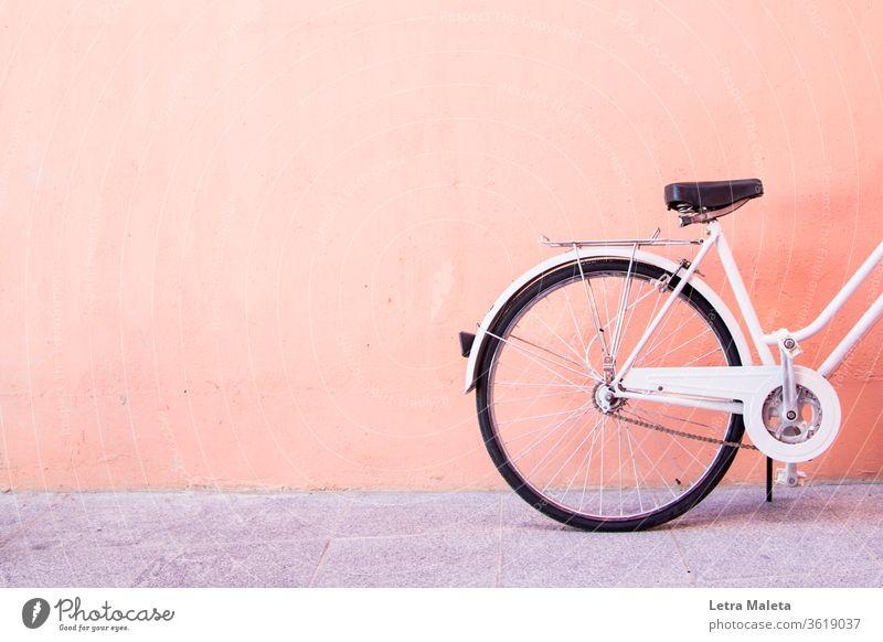 Weißes Stadtfahrrad in einer orangefarbenen Wand urban weiß Fahrrad altehrwürdig Oldtimer-Fahrrad weißes Fahrrad orangefarbene Wand Straße Straßenfahrrad