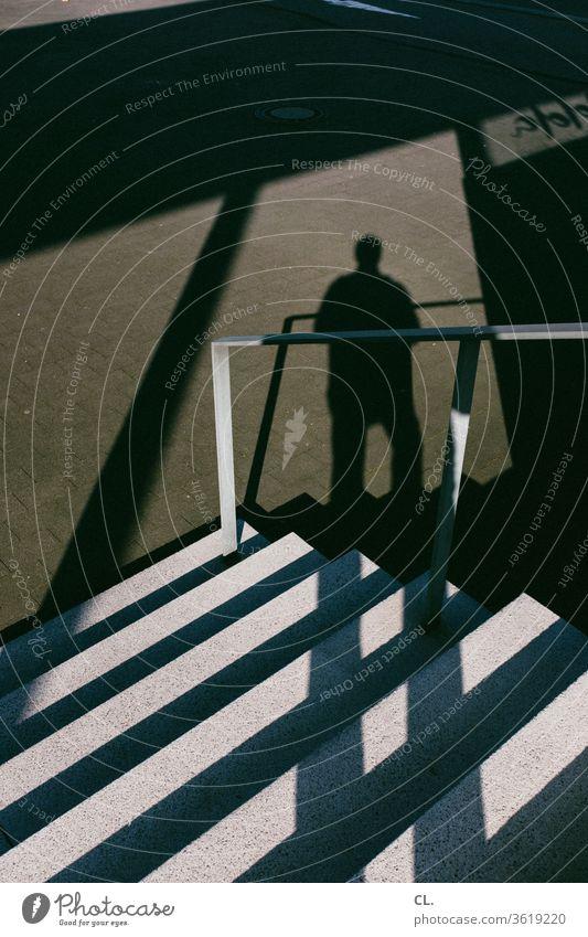 treppe und schatten einer person Treppe stufen Geländer Treppengeländer Mann Person Architektur groß abwärts eckig anonym Schatten Außenaufnahme