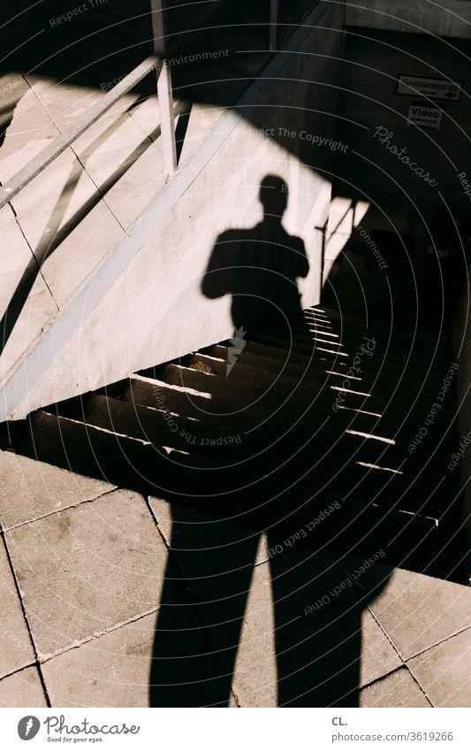 der schatten des fotografen Schatten Schattenspiel Person Mann Treppe Architektur Strukturen & Formen Mensch abwärts Boden