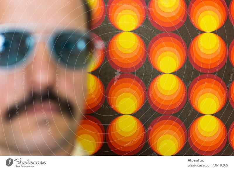 Déjà-vu 70er Jahre retro Siebziger Jahre Muster Tapete Mann männlich Macho maskulin Pornostar Farbfoto Sonnenbrille Dekoration & Verzierung Oberlippenbart