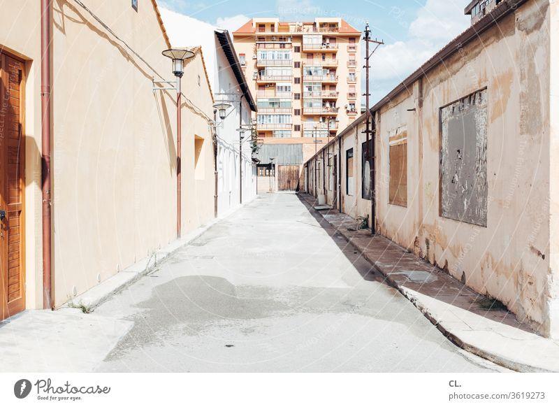 straße in palermo Straße verlassen Hochhaus Haus Architektur Wand trist Tristesse Stadt Gebäude Himmel Wege & Pfade Verfall Palermo Italien Sizilien