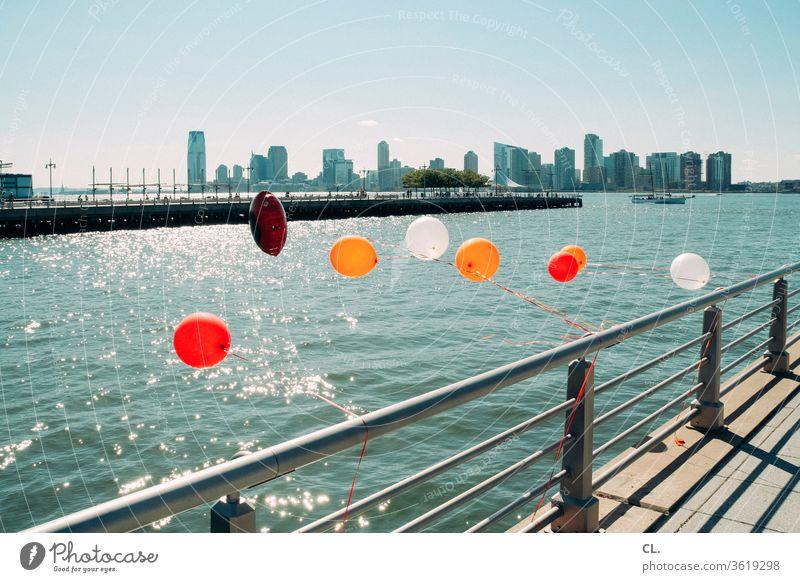 luftballons am hudson river Luftballon Fluss Wasser New York City USA Hudson River Geländer Fröhlichkeit Freiheit Leichtigkeit bunt Freude Manhattan Hochhaus
