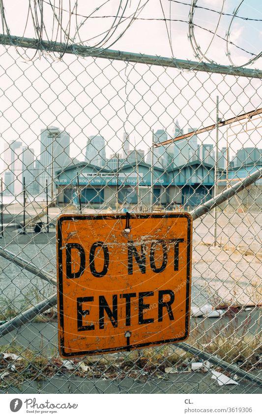 new york New York City Quarantäne USA Schilder & Markierungen Verbote Verbotsschild Zaun Barriere Sicherheit Stacheldraht Manhattan Amerika Symbole & Metaphern