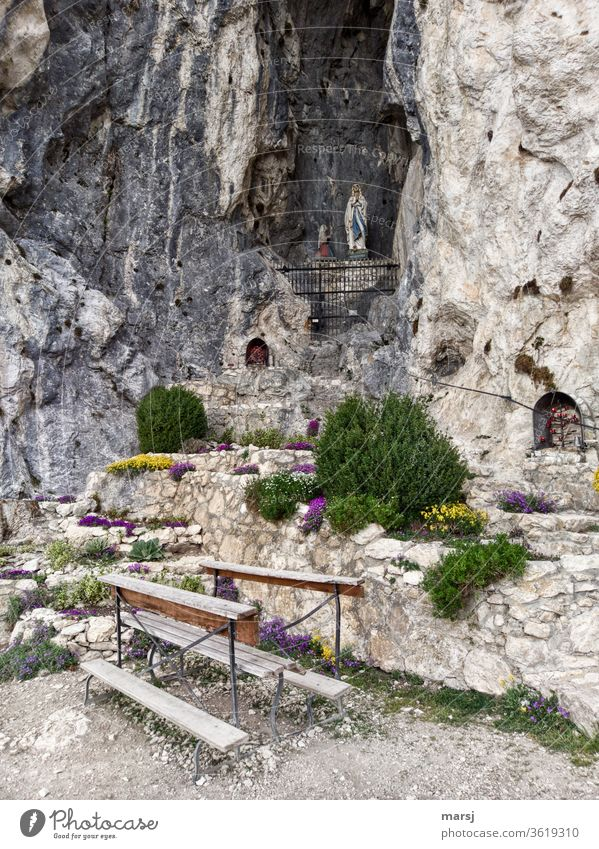 Mariengrotte unter der Burgruine Falkenstein in Pfronten Anbetungsstätte Marienverehrung Fels Felsengrotte Stein Sitzgelegenheit Ruhe Stille Meditation Statue
