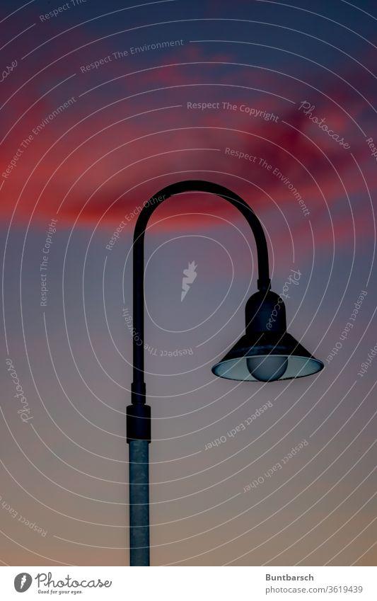 Laterne im Abendrot Licht Lampe Beleuchtung Himmel Wolken blau Straßenbeleuchtung Dämmerung Außenaufnahme dunkel Abenddämmerung Textfreiraum Menschenleer