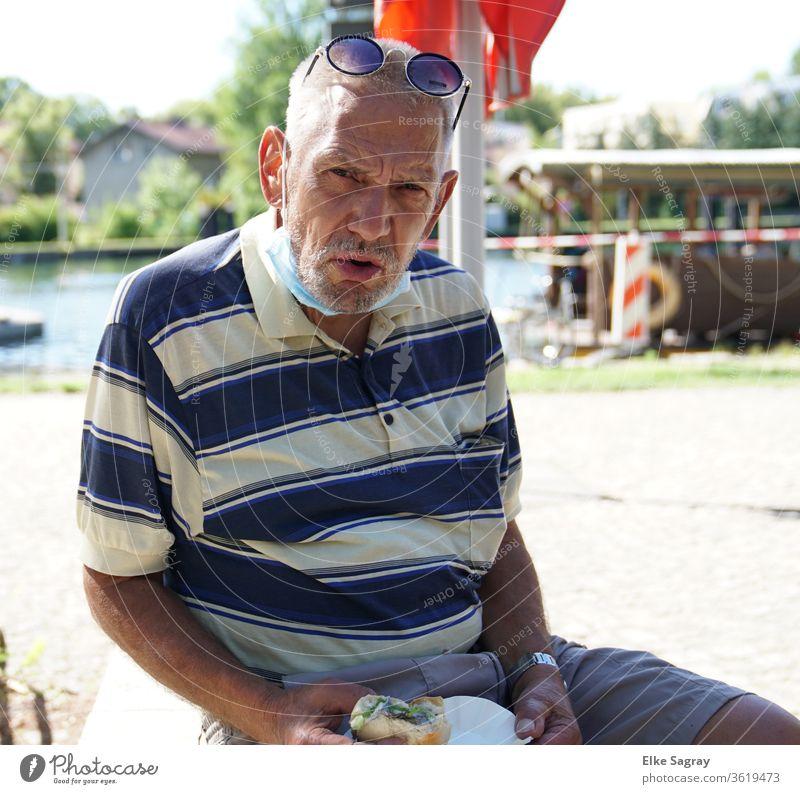 Menschen unter uns  - Willy Senior Großvater Mann mit Fischbrötchen 60 und älter Außenaufnahme Erwachsene maskulin