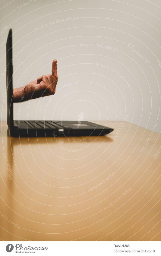 ein ganz gemeiner Virus / digitale Gewalt Computer Laptop Notebook agressiv Kontrollieren Mittelfinger kreativ witzig einfallsreich Fotomontage Hand fuck you