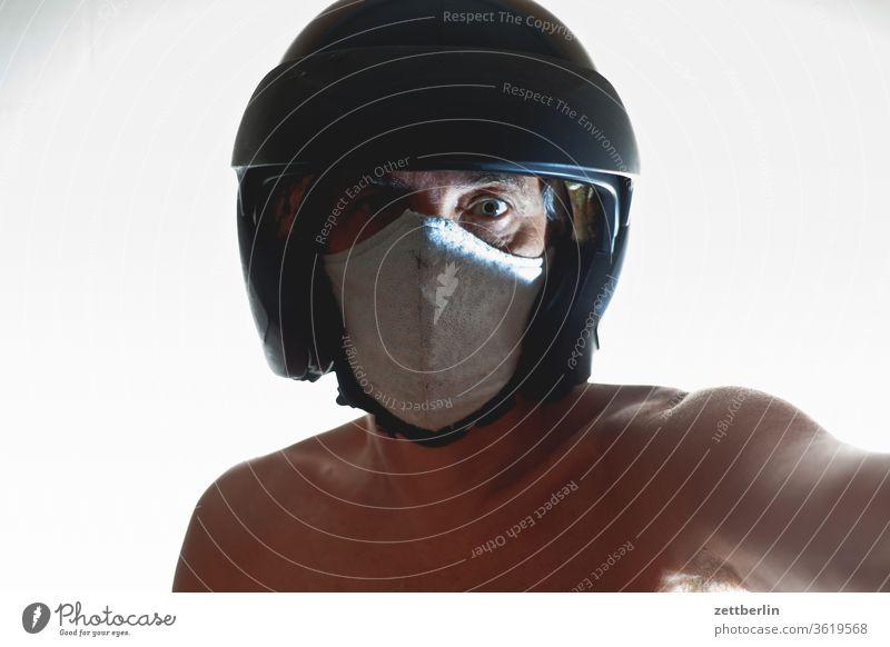 Sicherheit mit Maske und Helm anzug bewegung bewegungsunschärfe geist gespenst innenaufnahme mann maske maskerade mensch raum textfreiraum theater verkleidung