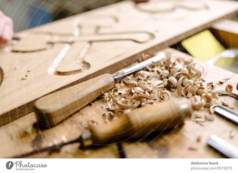 Holzbearbeitungswerkzeuge auf Holztisch Beitel Holzarbeiten Werkzeug schnitzen Schreinerei Werkstatt Hobelbank Instrument Rasur Handwerk unordentlich