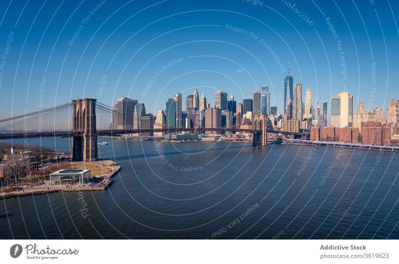 Modernes Stadtbild mit Brücke über den Fluss New York State Skyline Großstadt Wolkenkratzer Gebäude Brooklyn modern Architektur urban Revier Stadtzentrum