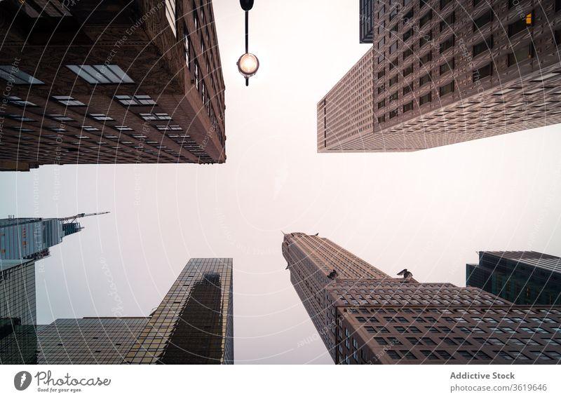 Moderne Hochhäuser gegen den Himmel Wolkenkratzer Gebäude Großstadt Turm modern Skyline Design Außenseite Zeitgenosse Architektur hoher Anstieg New York State