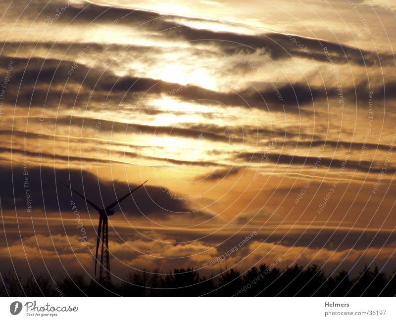 Wind und Sonne Wolken Windkraftanlage Abenddämmerung Erneuerbare Energie