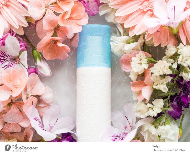 Gesichtsfeuchtigkeitscreme in Wasser mit Blumen Feuchtigkeitscreme Lotion Produkt Hautpflege Pumpspender Schönheit Flasche Gesichtsbehandlung rosa Frühling