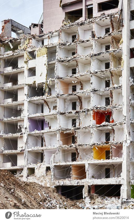 Abgerissenes mehrstöckiges Gebäude ohne Vorderwand. Zerstörung Bruchstein Haus Bombe Erdbeben Krieg Ruine Explosion Großstadt abgerissen Trümmer Gefahr Beton