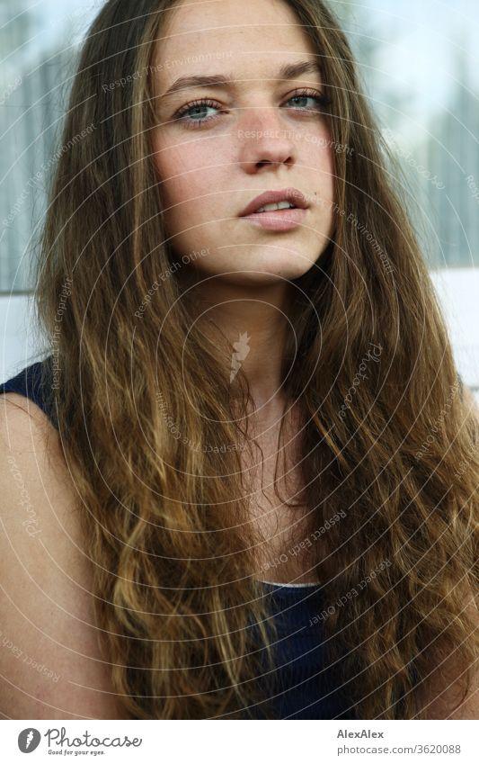 Portrait einer jungen Frau vor einer Fensterscheibe junge Frau Jugendliche feminin schön Gesicht 18-30 Jahre Mensch Farbfoto Schwache Tiefenschärfe