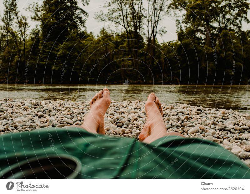 Erholung an der Isar isar fluß wasser urlaub liegen beine short mann chillen Wasser Sommer Außenaufnahme Ferien & Urlaub & Reisen Mensch Natur Farbfoto