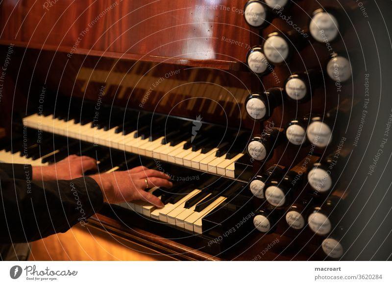 Orgel Manual manual pedal register pfeifen holz porzelan alt restauriert dom kirche kirchenmusik spielen keyboard tasten tastatur braun instrument