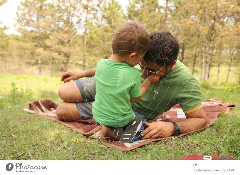 Kind, das den Kopf des Vaters hält Kindererziehung Elternschaft Brutpflege Elternteil mit Kind Erziehungsurlaub Erwachsene Bildung Liebe Zuneigung