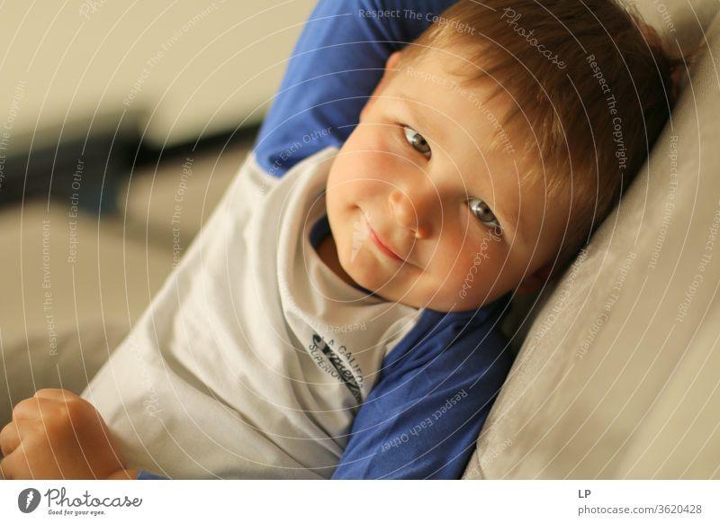 netter kleiner Junge, der in die Kamera schaut Blick in die Kamera Kind Mensch Porträt Freude freudig Aussehen Liebe lieblich Lächeln positiv Fröhlichkeit