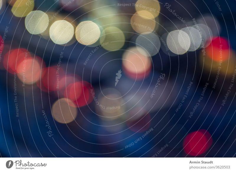 buntes Bokeh einer verschwommenen Straße für Hintergründe Licht Hintergrund Nacht Autos farbenfroh Lichter abstrakt Glitter Silber funkeln Feiertag hell Textur