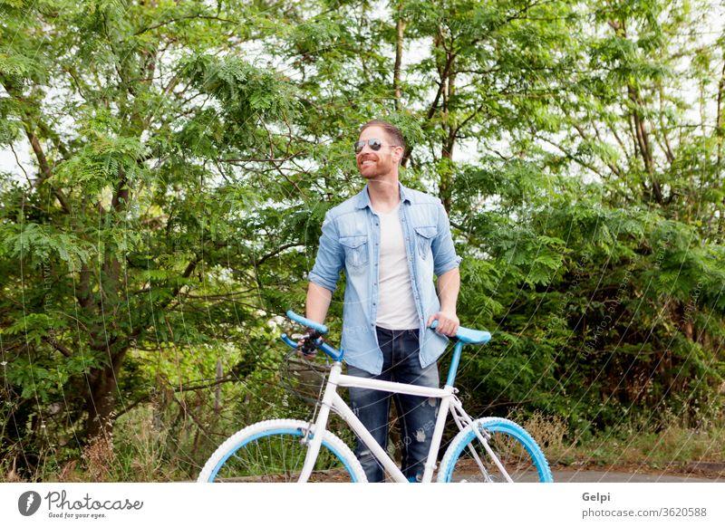 Hübscher Mann genießt mit seinem Fahrrad im Park lässig Lifestyle männlich Typ jung Freizeit Sommer Menschen aktiv Erwachsener Person urban genießen Kaukasier