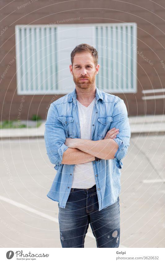 Lässiger Typ mit Jeanshemd entspannt männlich jung gutaussehend lässig Mann Model Vollbart Porträt Jeansstoff attraktiv Menschen Erwachsener Person Gebäude