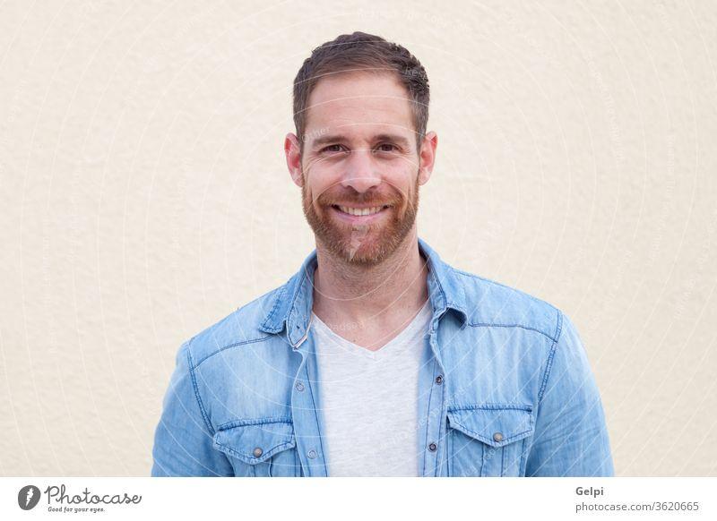 Attraktiver Typ mit Denim-Hemd männlich jung gutaussehend lässig Mann Model Vollbart Porträt Jeansstoff attraktiv Menschen Erwachsener Person Gebäude