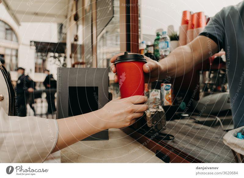 Kaffee auf der Straße kaufen Tasse trinken Tisch Café Tee Getränk Restaurant Becher Frühstück weiß Lebensmittel heiß Morgen Glas Nahaufnahme Untertasse Espresso