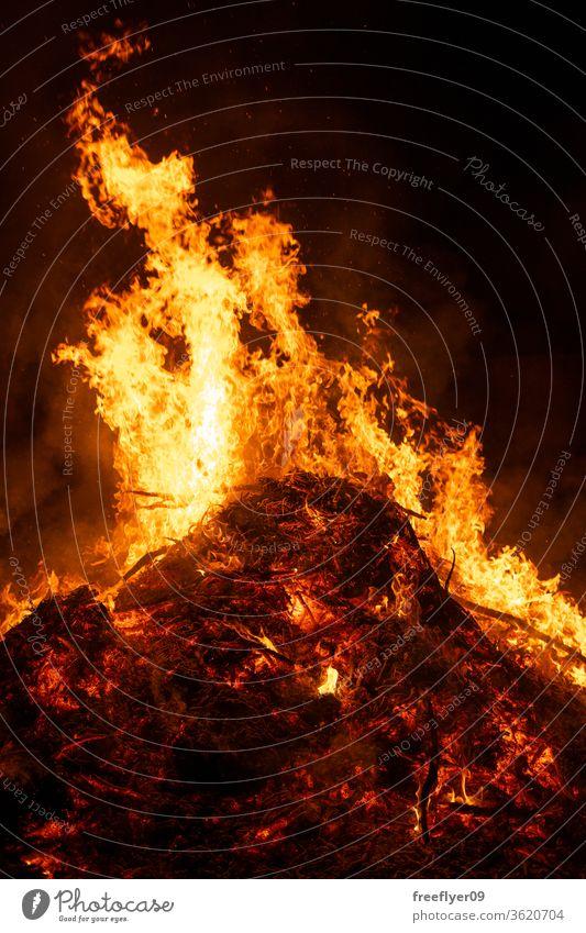 Großes Lagerfeuer brennt in der Nacht Feuer Freudenfeuer erwärmen Glut Asche Ressource Textfreiraum brennend Brandwunde Verbrennung Licht Lichtquelle San Juan