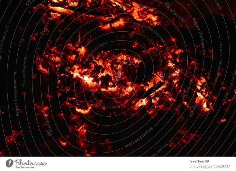 Textur der brennenden Asche von oben Glut dunkel Textfreiraum Hintergrund Feuer Freudenfeuer erwärmen Ressource Brandwunde Verbrennung Licht Lichtquelle