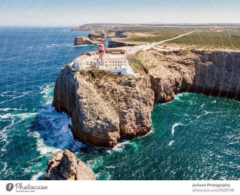Wunderschöner Leuchtturm auf den hohen Klippen des Saint Vincent Kaps in der Algarve, Portugal Sagres cabo de sao vicente Meer farol São Vicente Punkt Western