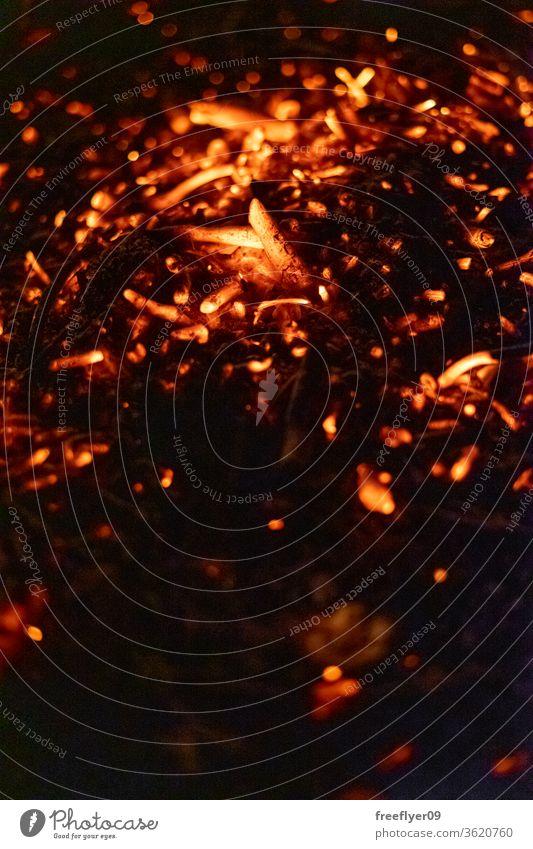 Textur der brennenden Asche mit großem Kontrast Glut dunkel Textfreiraum Hintergrund Feuer Freudenfeuer erwärmen Ressource Brandwunde Verbrennung Licht