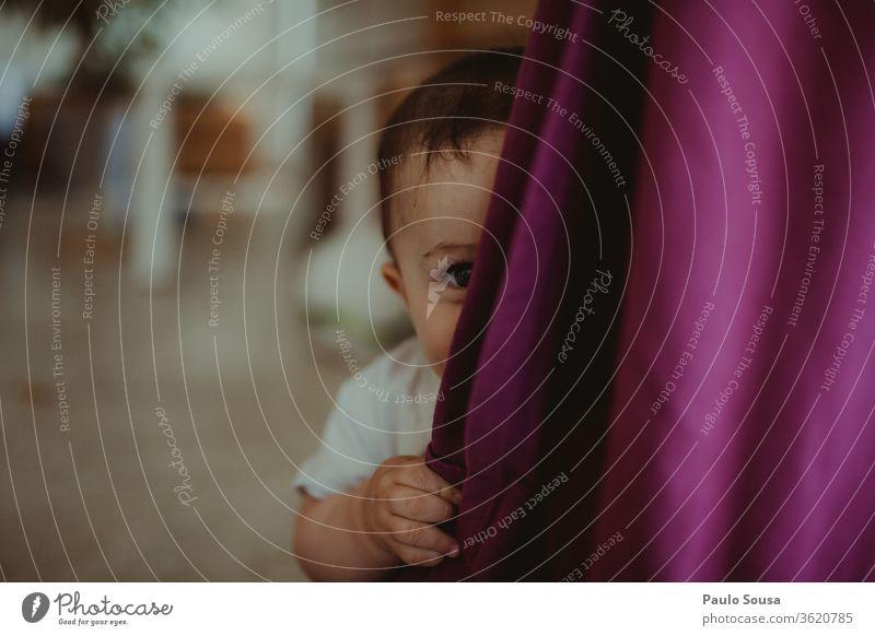 Baby spielt Kuckuck mit den Eltern Peekaboo Kindererziehung Kindheit Mensch 0-12 Monate Tag Lifestyle niedlich Kleinkind Kindergarten Porträt Innenaufnahme