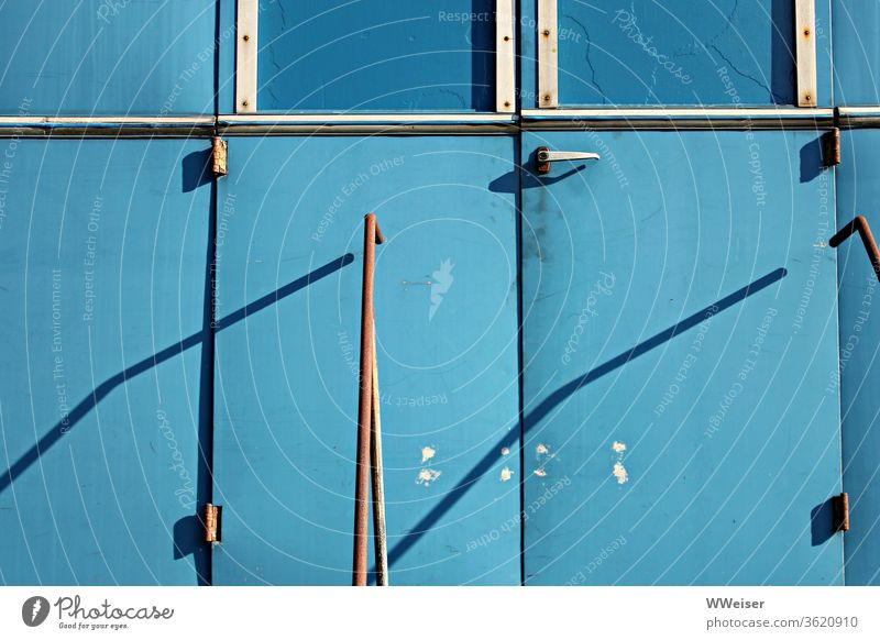 Alter Waggon blau Eingang Wagen Geländer Treppe Sonne Schatten Tür alt geschlossen angemalt zu Fenster Klinke Elemente Metall Rost Außenaufnahme hellblau