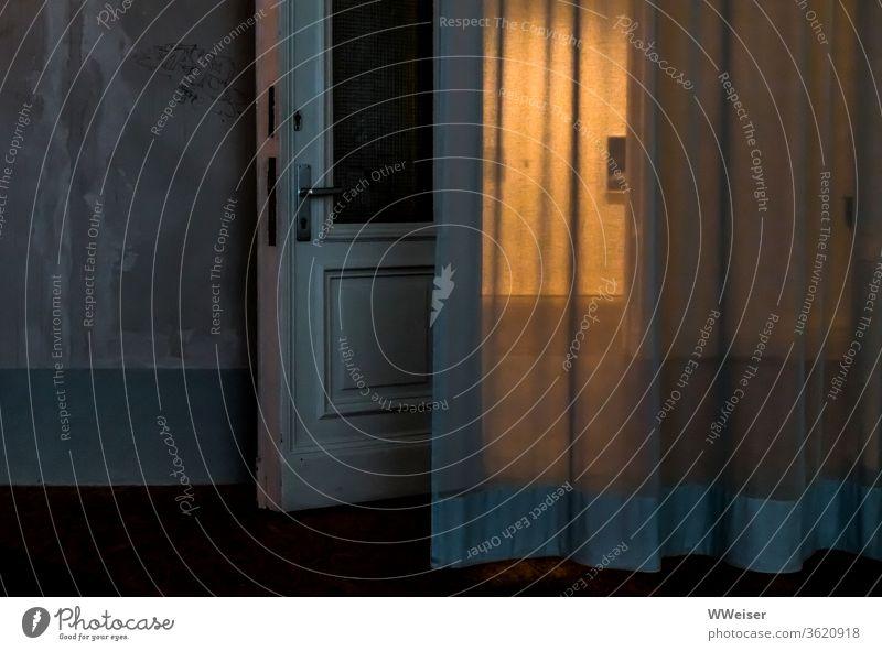 Offene Tür und Vorhang in einer alten Galerie, Halbdunkel offen Licht Beleuchtung Bild Durchblick Dämmerung Zwielicht Abend Museum Wand Türklinke undeutlich