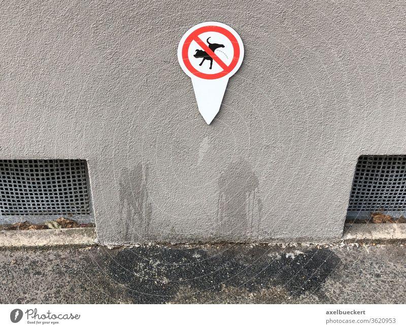 Verbotsschild ohne Effekt - Hunde pinkeln an Hauswand verboten Schild lustig Wand Bürgersteig Fleck ungehorsam Schilder & Markierungen Tag urinieren Gassi gehen