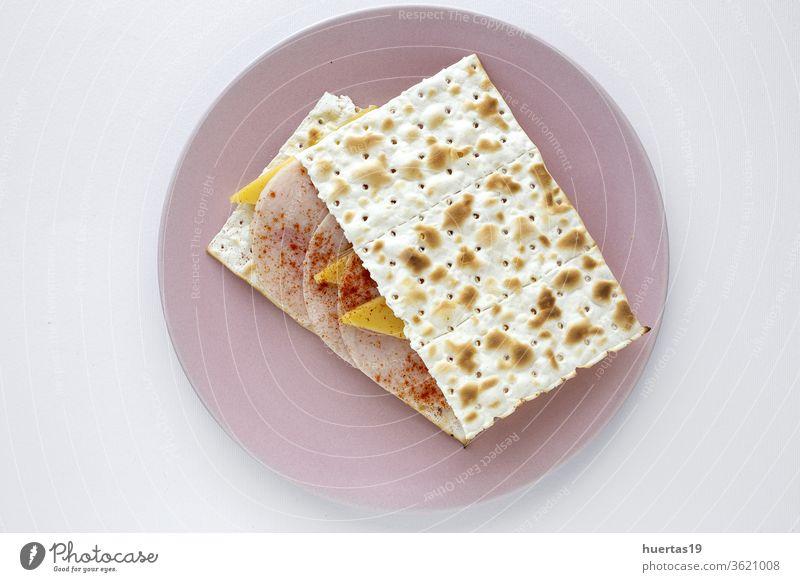 Salzige Cracker mit Wursthähnchen, Käse und Paprika Snack Lebensmittel Küche Aufstrich Mahlzeit Sahne lecker Frühstück selbstgemacht Gesundheit