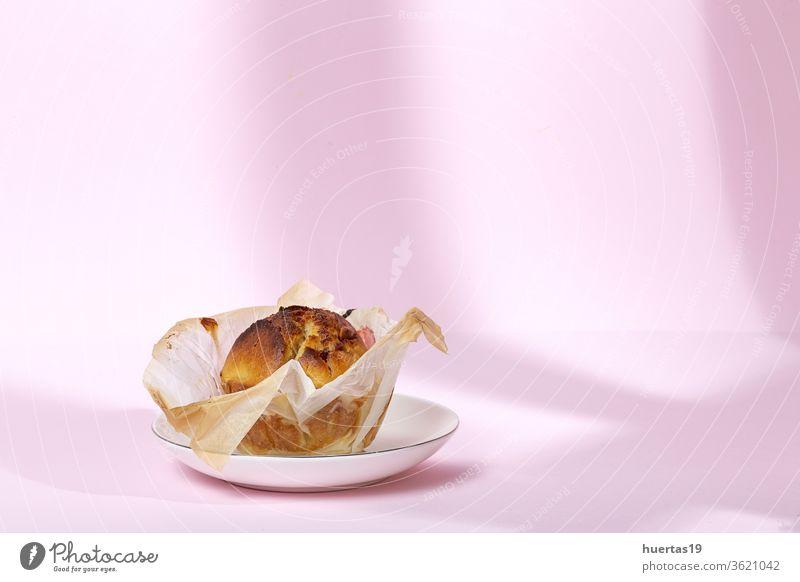 Hausgemachte Muffins mit roten Beeren und Kirschen Kuchen Bäckerei Lebensmittel Hintergrund Snack lecker Dessert Frühstück süß selbstgemacht geschmackvoll