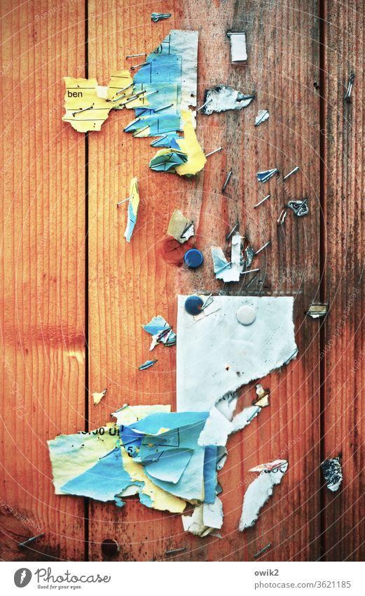 Bunte Meldung Papier Fetzen mehrfarbig bunt durcheinander Reste Hinterlassenschaft Außenaufnahme alt Detailaufnahme Menschenleer Wand Farbfoto kaputt abstrakt